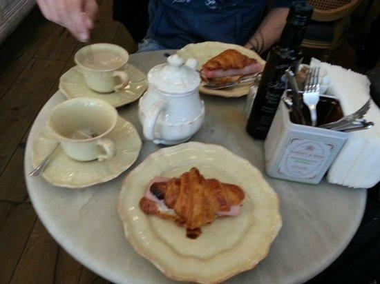 Mama Framboise: Croissant con jamon y queso