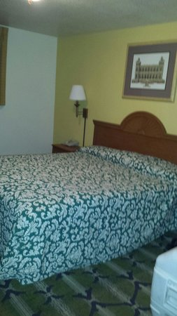 Stagecoach Hotel and Casino: Old stained bedspread