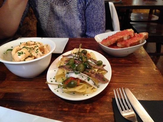 La Pepita: beignets de calamars, duo d'anchois et tartine de tomates