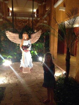 Barcelo Maya Colonial: artwork in the corridor