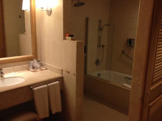 Barcelo Maya Colonial: bath and shower included!