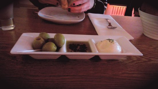 La Perla: Olives and Breads