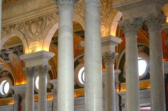 Bibliothèque du Congrès : Marble pillars throughout interior