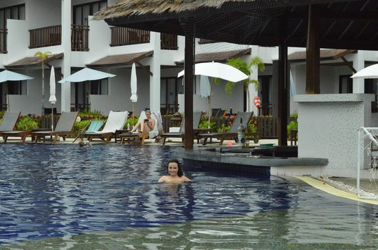 Sunwing Kamala Beach: piscina con bar