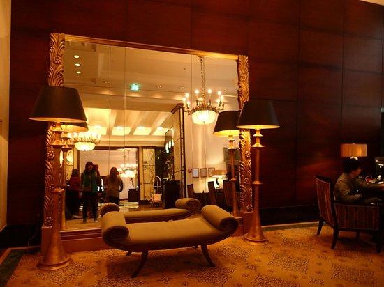 Esplanade Zagreb Hotel: 櫃檯前方
