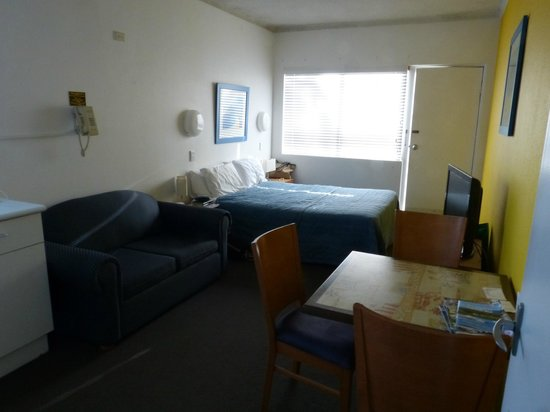 Oceanside Hawks Nest Motel: Our room- convenient second exit to pool/car park