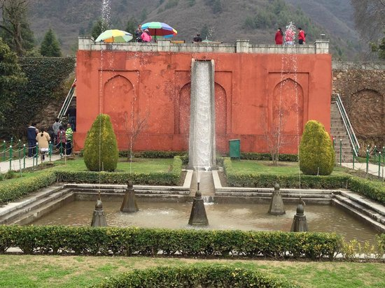 Hotel JH Bazaz (Happy Cottage): Mughal Garden with natural spring water