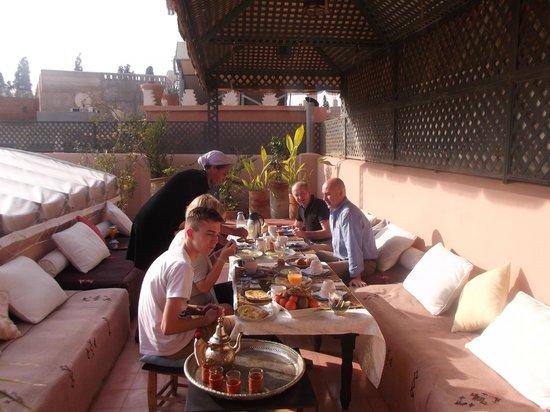 Riad Helen: petit déjeuner sur la terrasse