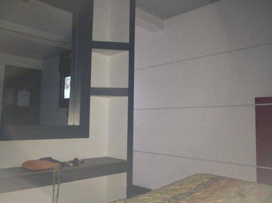 Hotel Hacienda : light over bed