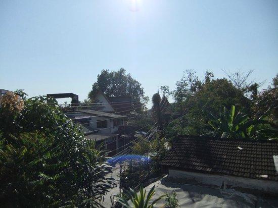 Teeraya Boutique Hotel: Blick vom Balkon aus auf den angrenzenden Tempel