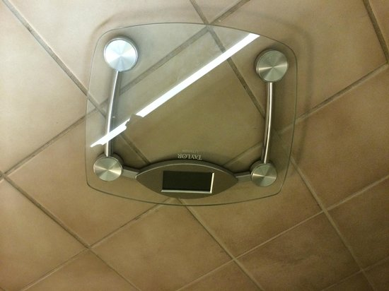 Sheraton Waikiki : Broken Scale, can housekeeper spot that?