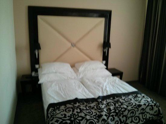 Grandior Hotel Prague: Skö säng med största kuddarna jag sett