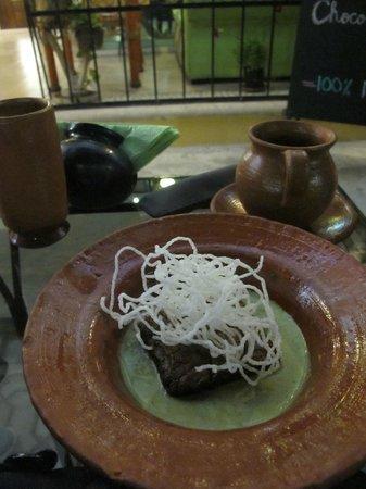 Camino Ka'kaw: Ein leckeres Mole Brownie mit Koriander Sauce und ein heimisches Schokoladen Getränk.
