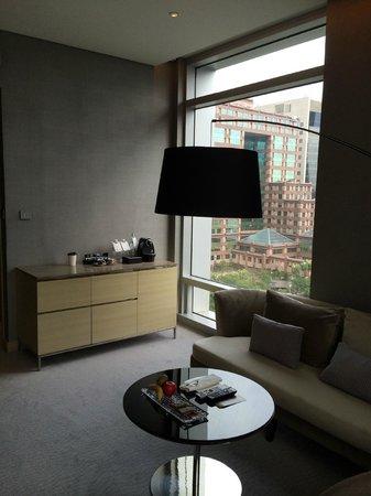 Le Meridien Taipei: Junior Suite Living Room, facing Taipei 101