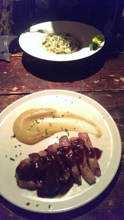 Cera 23: risotto de setas y gorgonzola  y secreto iberico con compota de manzana