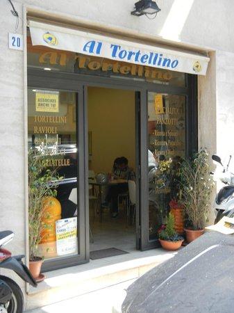 Al Tortellino: casual lunch bar ....cheap, good, busy!