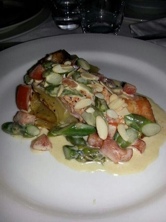 La Taverna : Salmone asparagi e mandorle