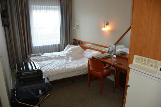 Best Western Raphael Hotel Altona: Habitación tamaño celda.