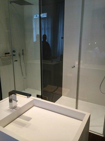 Das Stue: Nassbereich mit Designer Waschtisch