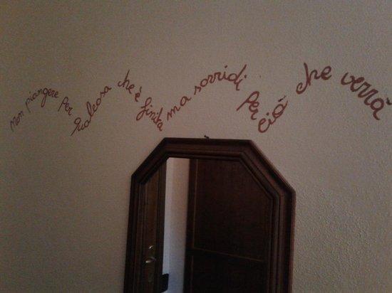 Hotel Residence Sant'Uberto: Frase scritta sulla parete della camera