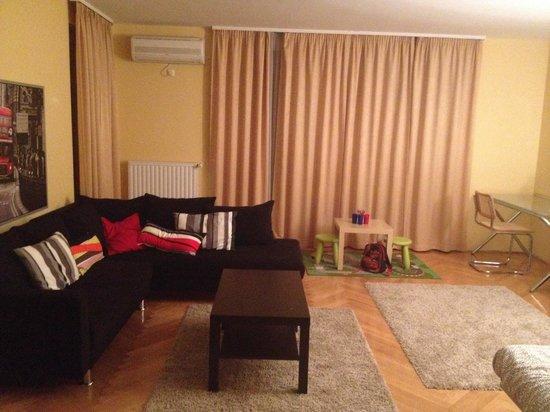 BPHome Apartments: Soggiorno con tavolo da pranzo e divano letto ...