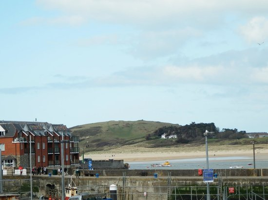 Old Custom House Inn: View across to estuary from room (using zoom to avoid car park!)