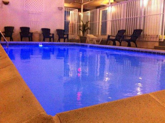 Seaside Inn: Pool area at