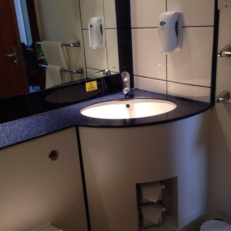 Premier Inn Edinburgh Central (Lauriston Place) Hotel: Delightful modern bathroom
