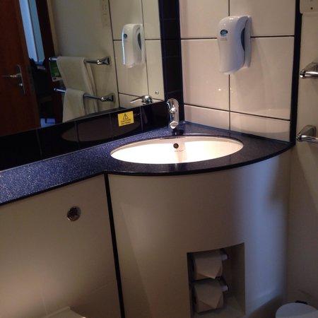 Premier Inn Edinburgh Central (Lauriston Place) Hotel: Delightful modern bathroom