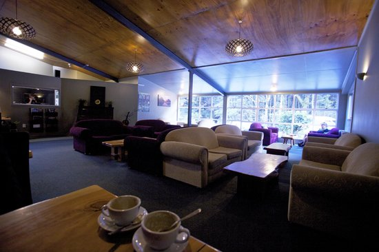 Milford Sound Lodge: Enjoy the comfort of a grid of couches