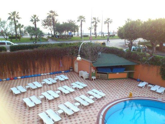 Kleopatra Dreams Beach Hotel : poolen med stranden bakom