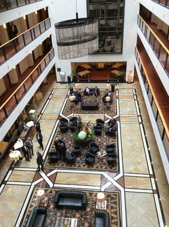 Maritim Hotel Dresden: Hotel lobby. Amazing