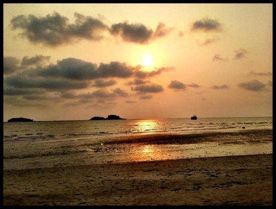 Baan Rim Nam: Sunset at close by beach