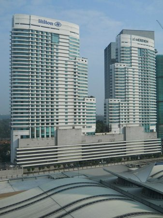 Aloft Kuala Lumpur Sentral: KLセントラル駅向こう側のヒルトンホテル、メリディアンホテル