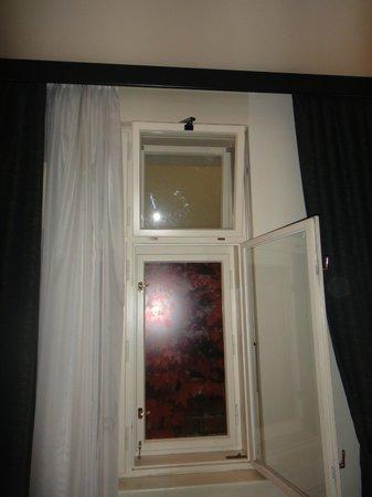 Hotel Elysee: окно :-)