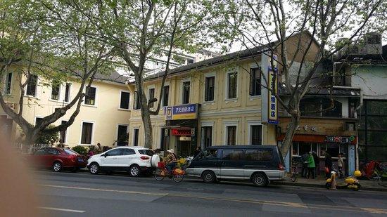 7 Days Inn Hangzhou West Lake Hubin: 從對面拍的七天