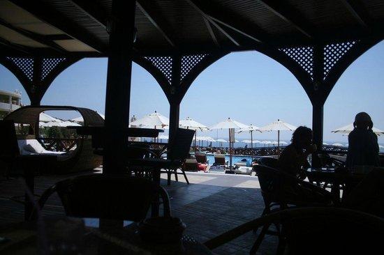 Kalithea Horizon Royal: widok z baru przy basenie