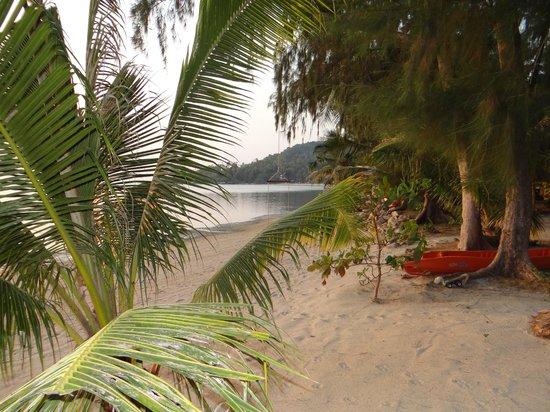 Baan Manali Resort: plage devant l'hotel