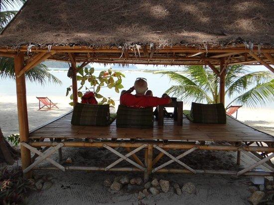 Baan Manali Resort: petit kiosque au bord de la plage
