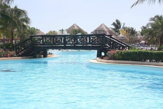 Grand Palladium Colonial Resort & Spa: large pool area