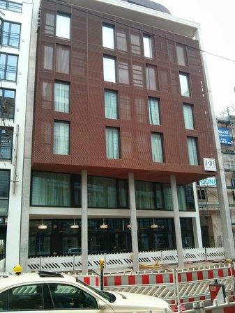 i31 Hotel : Fachada del hotel, desde la acera de enfrente