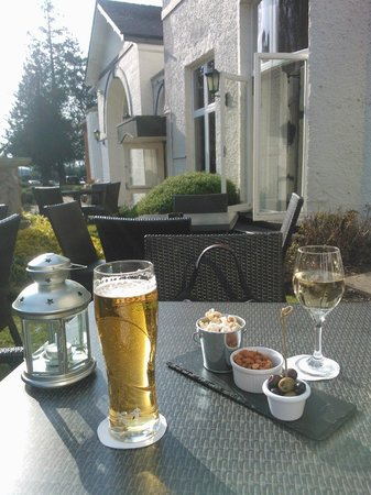 Mercure Brandon Hall Hotel and Spa Warwickshire : Enjoying a drink on arrival