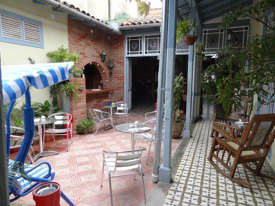 Hostal La Casona Jover: Un patio bien aménagé et agréable