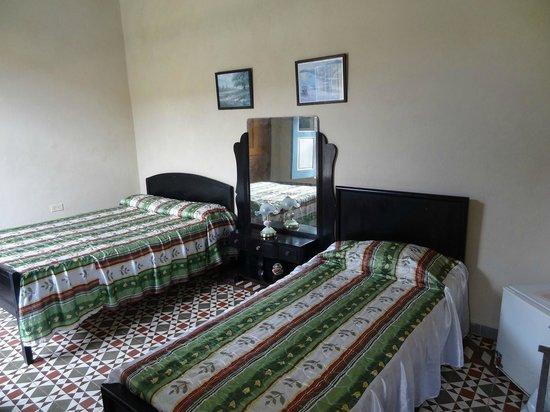 Hostal La Casona Jover: Chambre propre et spacieuse