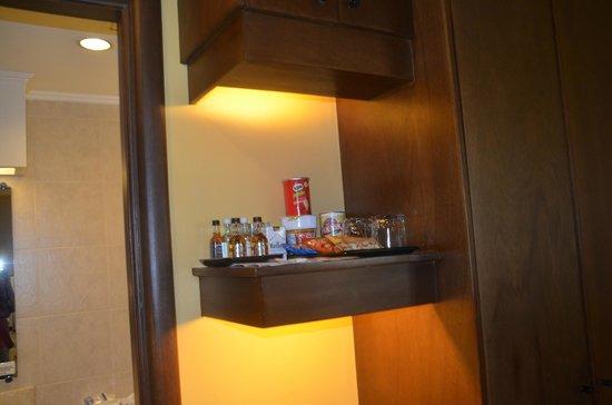 Royal Bellagio Hotel: mini bar in room