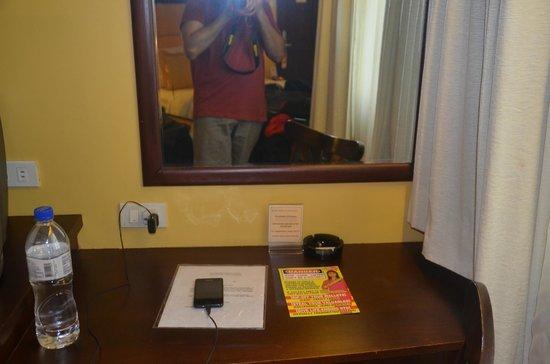 Royal Bellagio Hotel: desk in room