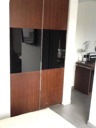 Achilleos City Hotel: Wardrobe in bedroom