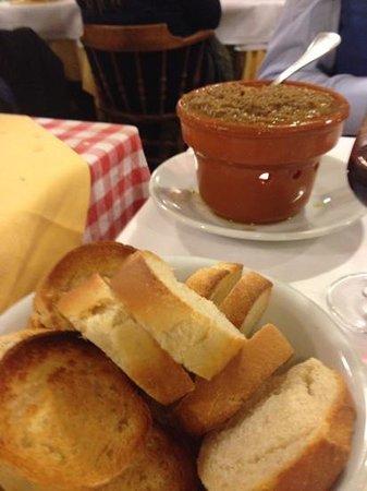La Torretta: Crostini e fegatini caldi in tavola