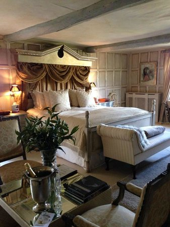 Court House Manor: The Queen of The Cotswolds Suite