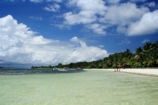 Beach Villa Seychelles : the beach that runs along the hotel